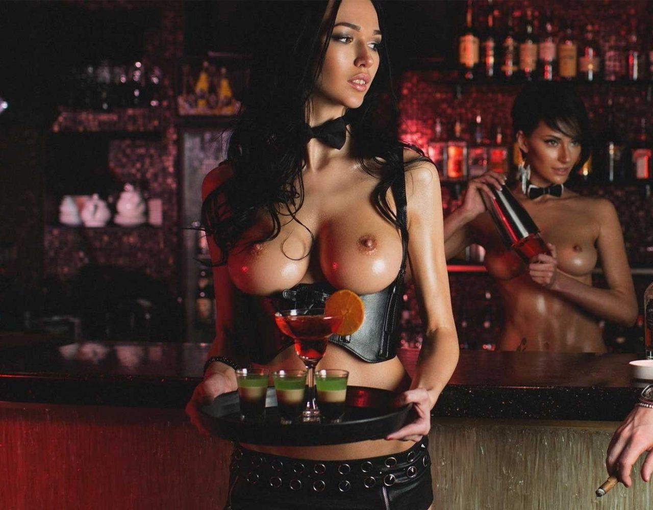 развлекается видео официантка