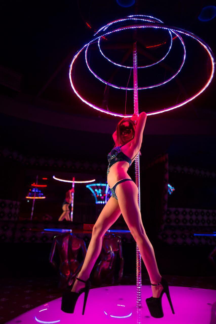 striptitzadiko sthn athina